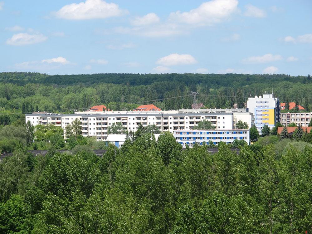 th.inka Stützpunkt Weimar - Weimar Nord – Blick über Weimar West nach Weimar Nord auf die Bonhoefferstr. und rechts das Förderschulzentrum Herderschule