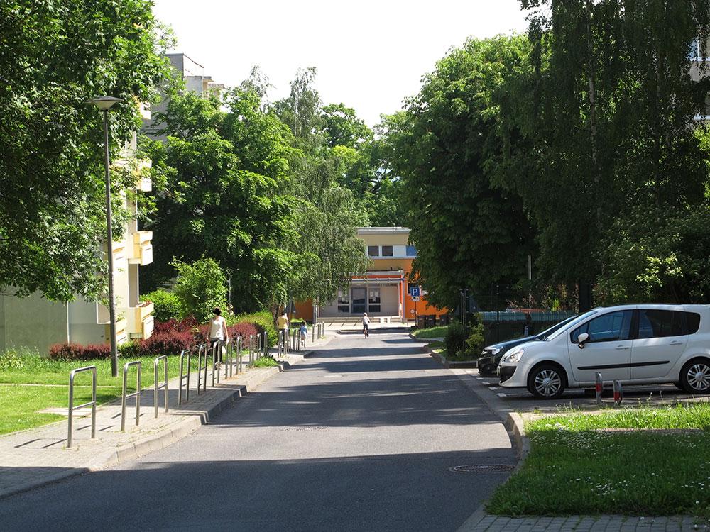 th.inka Stützpunkt Weimar - Weimar Schöndorf-Waldstadt: Blick in die Carl-Gärtig-Str. auf das Bürgerzentrum